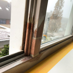 Een kozijn is herstelt van houtrot door Joyfull Onderhoud, bedrijf werkzaam in vastgoedonderhoud